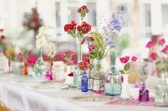 Garrafas de vidro com flores