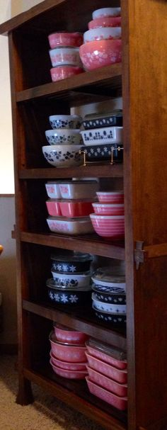 I want all that pink and black Pyrex. I only have 2 pink Pyrex bowls. I want it alllllllllll Vintage Pyrex Dishes, Vintage Kitchenware, Vintage Bowls, Vintage Glassware, Vintage Love, Vintage Decor, Retro Vintage, Vintage Items, Pink Dishes