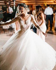 @kennethwinston has this beautiful boho bride twirling with elegance ✨!! Photo: @rachellindseyphoto