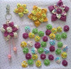 Flores de feltro. Lindas e fácil de fazer Pom Pom Flowers, Felt Flowers, Diy Flowers, Fabric Flowers, Ribbon Art, Fabric Ribbon, Fabric Crafts, Sewing Crafts, Yo Yo Quilt