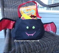 Make your own bat Halloween candy tote with this free tutorial Halloween Sewing, Fall Sewing, 31 Days Of Halloween, Halloween Bats, Outdoor Halloween, Halloween Projects, Halloween Candy, Tote Tutorial, Halloween Displays