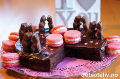 """""""Bamsemumskake"""". Ja, jeg sa """"Bamsemumskake""""! Dette er en helt superdeilig sjokoladekake, som inneholder Bamsemums i deigen. Bamsemumsene smelter under stekingen og etterlater deilige, bløte, småklebrige partier i kaken. Dødsgodt! Min lille, søte og mildt sagt overbegeistrede datter foreslo at bamsene oppå kaken burde stå mot hverandre og """"susse"""".  Det synes jeg var en strålende idé!"""