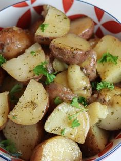 Slow Cooker Ranch Roasted Potatoes Recipe - - Slow Cooker Ranch Potatoes are a perfect side dish any time of year! They're great for a weeknight dinner, pot luck, or family get-together. These potatoes are a crowd pleaser every time! Potluck Dishes, Potluck Recipes, Rib Recipes, Ground Beef Recipes, Slow Cooker Recipes, Crockpot Meals, Potluck Themes, Sauce Recipes, Dinner Recipes