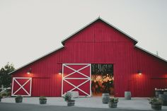 This barn wedding is going to kock your socks off! When I first went through these images I found myself falling in love with each pictures just a little more than the one before. This barn wedding in Southern California is complete with a traditional style red barn and is decorated perfectly complete with tons …