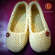 Ladies Slippers made with a small knitting loom. Free pattern with easy t… - Herzlich willkommen Knitting Loom Socks, Round Loom Knitting, Loom Knitting Stitches, Knifty Knitter, Loom Knitting Projects, Knitting Videos, Free Knitting, Loom Knitting For Beginners, Knitting Tutorials