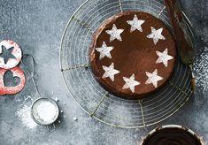 Zo'n heerlijk geurende chocoladecake, wie kan daar nu aan weerstaan? Met dit eenvoudige receptje maak je 'm gewoon lekker zelf!