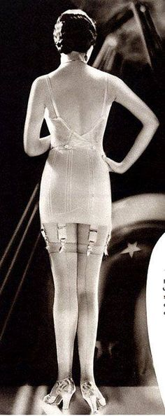 This lingerie/tights piece was very important! One must have proper undergarments for their gown and have lines their stockings to look socially acceptable. 1930s Fashion, Fashion Mode, Art Deco Fashion, Vintage Fashion, Vintage Glamour, Vintage Beauty, Lingerie Retro, Jolie Lingerie, Lingerie Shoot