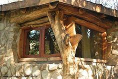 Arquitectura de Casas: Puertas y ventanas rústicas en una casa de ...