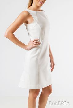 O vestido branco em corte clássico é sinônimo de elegância e bom gosto. Boa pedida para ocasiões formais e, para momentos mais descontraídos, casa perfeitamente com acessórios coloridos e marcantes. Vestido com recortes estruturados em Sarja Acetinada da Coleção Verão DANDRÉA 2015: http://dandreafashion.com.br/look.asp?id=91