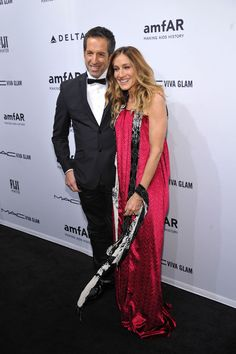 Sarah Jessica Parker Photos Photos - Kenneth Cole (L) and Sarah Jessica Parker attend the amfAR New York Gala to kick off Fall 2013 Fashion Week at Cipriani Wall Street on February 6, 2013 in New York City. - FIJI Water At amfAR New York Gala