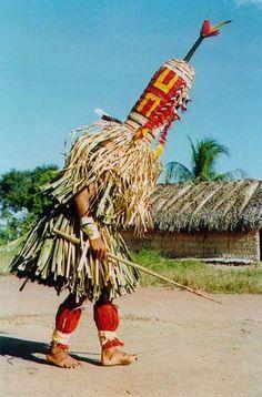 """A entidade letani figura no ritual hetohokÿ (""""casa grande""""), realizado pelos Javaé (TO). Nos anos 1990,este ritual, que marca a entrada dos jovens para o mundo da casa dos homens, foi retomado. Foto: Patrícia de Mendonça Rodrigues, s/d."""