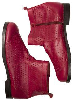 Frühjahrskollektion 2014 - Der schwedische Schuh aus Nappastiefel besteht aus pflanzlich gegerbtem Nappaleder mit ausgestanztem Lochmuster.