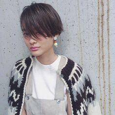 ショートヘアスタイル  うざバング ピンクリップ セミウェット 透明感