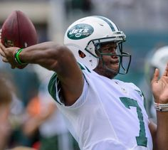 New York Jets quarterback Geno Smith (7) warms up before a game against the Cincinnati Bengals at MetLife Stadium on Sept. 11, 2016.