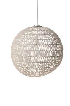Een vrolijke hanglamp in de vorm van een witte bol gemaakt van draad vlechtwerk