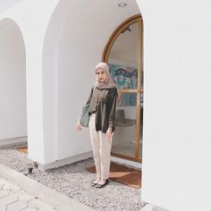 Modern Hijab Fashion, Street Hijab Fashion, Hijab Fashion Inspiration, Women's Fashion, Latest Fashion, Fashion Guide, Classy Fashion, Fashion Trends, Style Hijab Simple