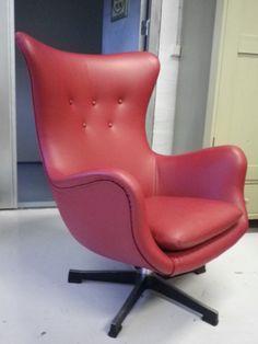 50-luku tv tuoli. Uudelleen verholtu punaisella nahalla.