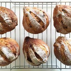 無花果と胡桃、レーズンちょっとのおやつパン①。 by mosnogohanさん   レシピブログ - 料理ブログのレシピ満載! 久しぶりにおやつパンのup。今週は、このあいだ作ったセミドライの無花果(→☆)を入れてみた。胡桃を用意してるところをたまたま相方が通りかかって ち「胡桃、そんなに入れてくれるん❓」そんなわけないやん!...