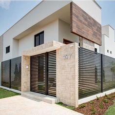 Revestimento de parede externa: 60 ideias incríveis para a sua casa House Fence Design, 2 Storey House Design, Balcony Railing Design, Bungalow House Design, Modern House Design, Design Exterior, Facade Design, Compound Wall Design, Steel Frame House