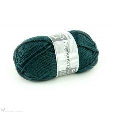 Laine Cheval Blanc Bamboulene Bleu Pétrole 275 Aiguilles à tricoter : n°3.5 Échantillon : 10 x 10 cm = 29 R / 23 M Composition : 50 % viscose issue de la fibre de bambou et 50 % laine Longueur : 110 m / 50 g