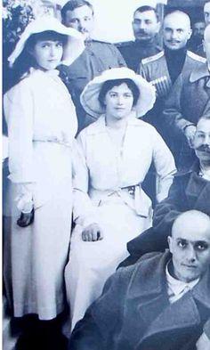 Grand Duchess Maria & Anastasia Nikolayevna of Russia Anastasia Romanov, Familia Romanov, Romanov Sisters, House Of Romanov, Tsar Nicholas, Imperial Russia, Family Album, Queen Victoria, Beautiful Family