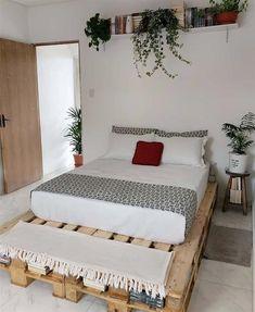 Wood Pallet Beds, Pallet Bed Frames, Diy Pallet Bed, Pallet Furniture, Bed Pallets, Pipe Furniture, Furniture Vintage, Furniture Design, Room Ideas Bedroom