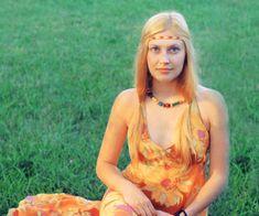 Hippie doce dom  Doces rabos de cavalo solto em ambos os lados pendurados nos ombros é o ponto alto deste penteado muito hippie loira.