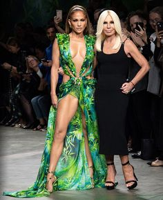 Jennifer Lopez walked for the MILAN Fashion week with this impressive green gown by Donatella Versace . She rocked this green outfit by Donatella Versace, Gianni Versace, Atelier Versace, Versace 2015, Versace Fashion, Versace Dress, Versace Versace, Versace Boots, Milan Fashion