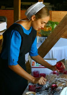 Amish women are known to be good housekeepers and homemakers. But their simple and homemade lifestyle could be what influences that. Here are some housekeeping tips that can be learnt from t… Amish Recipes, Dutch Recipes, Greek Recipes, House Cleaning Tips, Diy Cleaning Products, Cleaning Hacks, Amish House, Amish Family, Amish Culture