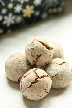 Boules au chocolat  200 g de sucre en poudre 125 g de chocolat râpé 250 g d'amandes en poudre 2 oeufs 1 cuillère à café de cannelle 4 à 5 cuillères à soupe de farine