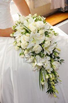 ramo en cascada de rosas y lirios blancos