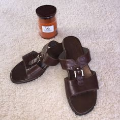 MUNRO LEATHER SLIDES! BUTTER SOFT LEATHER! MUNRO is known for comfort! Excellent comfort heel. Cute design! You will love! Ref# Y0201 Munro American Shoes Sandals