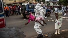 Esther Doryen, de 5 años, es llevada a una ambulancia en Monrovia. Ella murió una semana después. 31 de agosto 2014