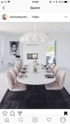 Pale pink dining chairs and white marble table, goes nicely with a dark floor - Esszimmer , Dining Room Colors, Dining Room Design, Dining Room Furniture, Room Chairs, Dining Chairs, Dining Rooms, Pink Chairs, Marble Dinning Table, White Dining Room Table
