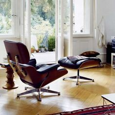 The Lounge Chair is one of the most famous designs by Charles and Ray Eames. Created in 1956 it is now an icon in the history of modern furniture. Since the Eames Lounge Chair has combin Vitra Lounge Chair, Lounge Chair Design, Ikea Lounge, Pool Lounge, Outdoor Lounge, Ottoman Design, Lounges, Classic Furniture, Contemporary Furniture
