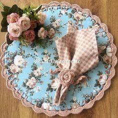 Floral, xadrez e nude!! Depois de muuuitos meses procurando eu encontrei a estampa! E ela é linda, clássica, combina com tudo e deixa a mesa perfeita!!! Foi com ela que fiz o 1º americano!  Disponível para encomendas! . . . . . . . . . . . . #sousplatcrochet #vestindoamesa #sjc #receberbem #crochet #meseiras #meseirasassumidas #mesaposta #mesadecorada #jogoamericano #meseirasdobrasil #mesadodia #noiva #caseirices #mesahits #vestiramesa #mesachic #receberemcasa #mesapostacomamor #s...
