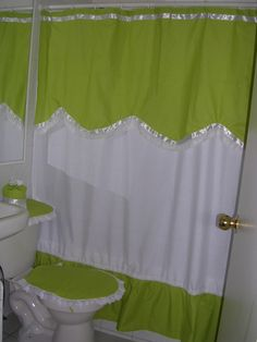 This Pin was discovered by bel Bathroom Crafts, Bathroom Sets, Toilet Accessories, Ideas Hogar, Burlap Curtains, Small Sewing Projects, Beautiful Bathrooms, Bed Covers, Soft Furnishings
