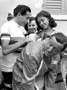 Fausto 'Il Campionissimo' Coppi signing autographs......!