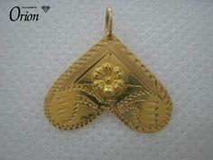 Coração invertido em chapa fina de ouro de lei (19,2 Kt) com o peso de 0,8 gramas , gravado com motivos florais. É…