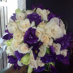 Bouquet de rosas blancas, iris, rosas moradas