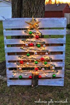 DIY Deko Ideen - zu Weihnachten den Garten gestalten, Weihnachtsdeko aus einer Holzpalette, Europalette-Tannenbaum basteln mit Lichterketten und Weihnachtsschmuck