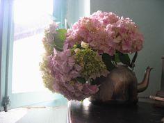 se la tinta da voi scelta è il bronzo, si possono usare come controtavola vasi e teiere di questo materiale, con fiori bianchi o rosa (freschi o secchi). Il che dà anche un tocco vintage.
