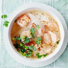 Tajska zupa z krewetkami, łososiem, makaronem ryżowym i sezamem