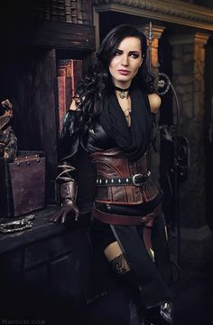 cosplay de yennefer qui pose debbout