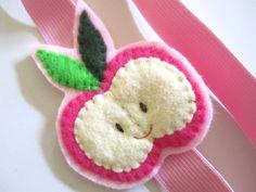 Ein wunderschöner Haarschmuck für kleine (und große!) Mädchen ist dieses Happy-Apfel-Haarband! Das breite geschmeidige rosa Gummiband macht das Tragen