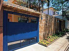 Ao trocar a grade pelo muro, os donos desta casa desejavam uma estrutura com tijolo aparente. Assim, o tijolo colonial (27 x 13 x 7 cm) recebeu uma demão de seladora e duas camadas de impermeabilizante. Projeto desenhado pelos proprietários e realizado por um empreiteiro e o arquiteto Vittorio Barone.