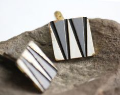 vintage cuff links, grey black white cuff buttons with triangle pattern, mid century accessory, men jewelery, mad men fashion Mad Men Fashion, Triangle Pattern, Jewelery, Vintage Jewelry, Cufflinks, Black And White, Accessories, Color, Beautiful