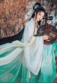 Xuân qua hạ sang, đêm tàn nắng rạng, vạn vật đều phải tuân theo quy luật đổi dời, mỹ nhân cũng thế dù có xinh đẹp nhường nào thì cũng đến lúc hoa phai sắc tàn, chẳng thể nào khác đi được.... #thanhthanh