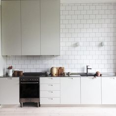 minimalist kitchen ideas - Find the best ideas for your minimalist style kitchen that suits your taste. Browse for amazing pictures of minimalist style kitchen for inspiration. Luxury Kitchen Design, Best Kitchen Designs, Small White Kitchens, Cool Kitchens, Kitchen White, Kitchen Dining, Kitchen Decor, Kitchen Cabinets, Upper Cabinets