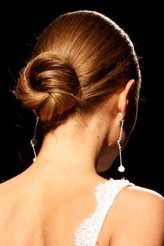 Recogido estructurado Un recogido de novia debe estar bien formado y definido, como este que se entrelaza en cuatro partes diferentes, pero sin perder naturalidad y comodidad.